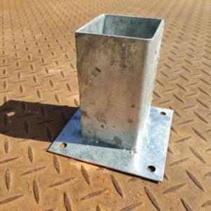 Tolpan sinkitty pintakiinnitysjalka 75mm tolpalle